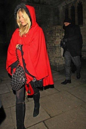 sienna miller abrigo rojo