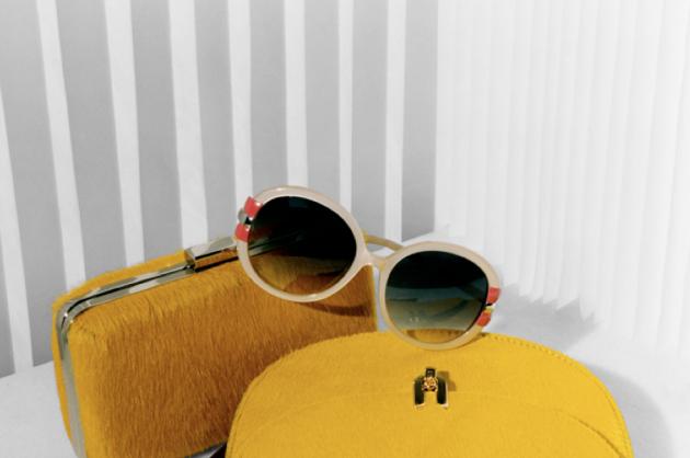 clutch amarillo uterque y gafas de sol retro