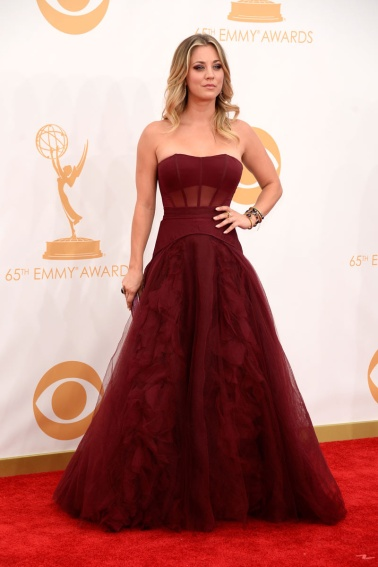 Kaley Cuoco by Vera Wang y clutch de Jimmy Choo